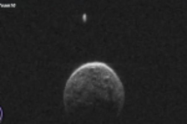 Ufo orbitando asteroide cerca de la Tierra