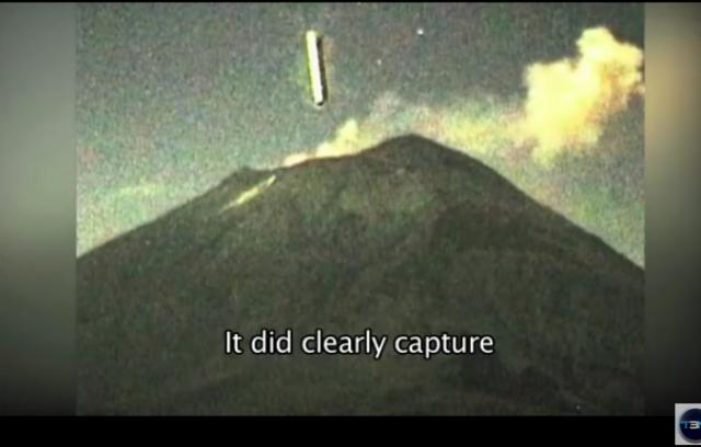 Nave entrando en el volcan Colina en Mexico