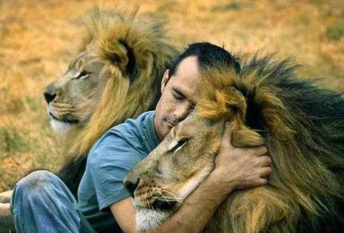 amigo con leon abrazados
