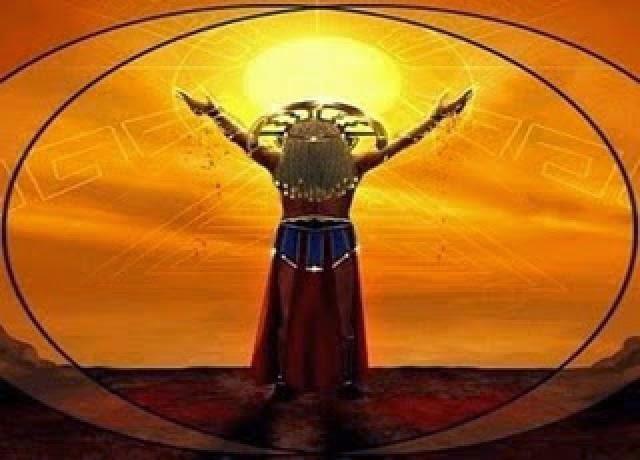Mujer Inca adorando al SOl