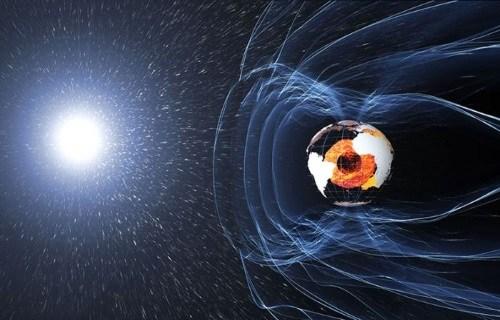 Campo magnetico de la Tierra disminuyendo.