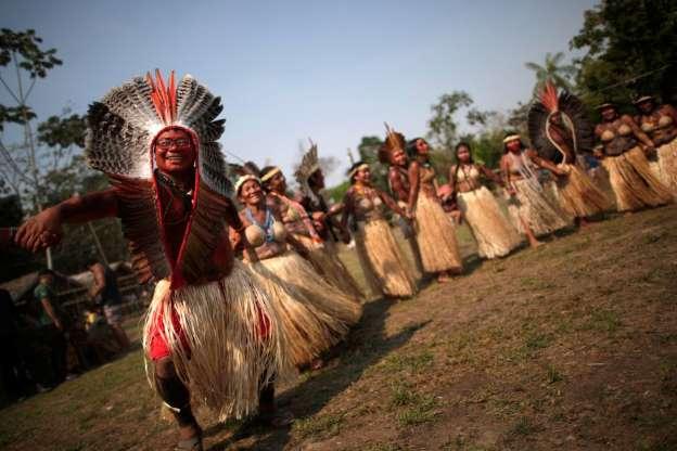 Indigenas de la tribu SHanenawa, cerca de Feijo Brazil piden el fin de ls incendios en LA AMAzonia. OraN